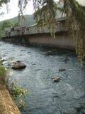 Ποταμός που διασχίζει την πόλη Idjevan με τα παλαιά παλαιά ανασταλμένα ξύλο σπίτια _ στοκ φωτογραφίες