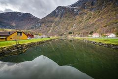 Ποταμός που διατρέχει του χωριού Flam στη Νορβηγία Στοκ εικόνα με δικαίωμα ελεύθερης χρήσης