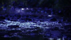 Ποταμός που ρέει κατά τη διάρκεια της νύχτας βράχων απόθεμα βίντεο