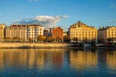 Ποταμός που τρέχει μέσω μιας πόλης στη Γαλλία Στοκ Εικόνες