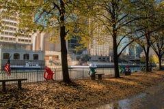Ποταμός που τρέχει μέσω του στο κέντρο της πόλης βρόχου του Σικάγου Στοκ φωτογραφίες με δικαίωμα ελεύθερης χρήσης