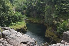 Ποταμός που τρέχει πέρα από τους τραχιούς βράχους και τις πέτρες στοκ φωτογραφία με δικαίωμα ελεύθερης χρήσης