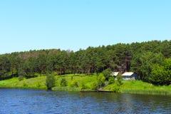 Ποταμός που τρέχει στους λόφους Στοκ Εικόνες