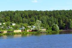 Ποταμός που τρέχει στους λόφους Στοκ εικόνες με δικαίωμα ελεύθερης χρήσης