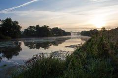 ποταμός πρωινού αλιείας αυγής Στοκ εικόνα με δικαίωμα ελεύθερης χρήσης