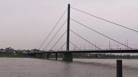 Ποταμός Ρήνος στο Ντίσελντορφ Γερμανία, γέφυρα theodor-Heuss με μια άποψη του ορίζοντα στοκ εικόνες