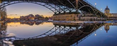Ποταμός Σηκουάνας με Pont des Arts και Institut de Γαλλία στην ανατολή Στοκ εικόνα με δικαίωμα ελεύθερης χρήσης