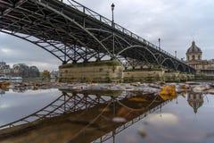 Ποταμός Σηκουάνας με Pont des Arts και Institut de Γαλλία στο Παρίσι Στοκ Φωτογραφία