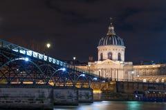 Ποταμός Σηκουάνας με Pont des Arts και Institut de Γαλλία τη νύχτα ι Στοκ Φωτογραφία