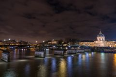 Ποταμός Σηκουάνας με Pont des Arts και Institut de Γαλλία τη νύχτα ι Στοκ Εικόνα