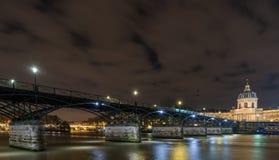 Ποταμός Σηκουάνας με Pont des Arts και Institut de Γαλλία τη νύχτα ι Στοκ Φωτογραφίες