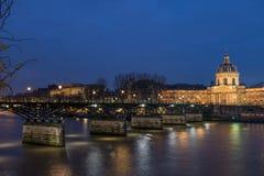 Ποταμός Σηκουάνας με Pont des Arts και Institut de Γαλλία τη νύχτα ι Στοκ εικόνα με δικαίωμα ελεύθερης χρήσης