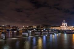 Ποταμός Σηκουάνας με Pont des Arts και Institut de Γαλλία τη νύχτα ι Στοκ Εικόνες