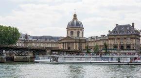 Ποταμός Σηκουάνας στο Παρίσι με την κρουαζιέρα βαρκών τουριστών Στοκ φωτογραφία με δικαίωμα ελεύθερης χρήσης