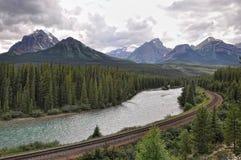 Ποταμός, σιδηρόδρομος, βουνά - εθνικό πάρκο Banff Στοκ φωτογραφία με δικαίωμα ελεύθερης χρήσης