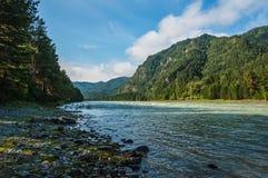 Ποταμός στα βουνά Στοκ εικόνες με δικαίωμα ελεύθερης χρήσης