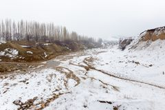 Ποταμός στα χειμερινά βουνά του Καζακστάν Στοκ Φωτογραφίες