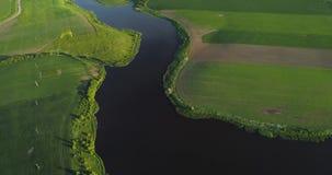 Ποταμός στην άποψη ματιών πουλιών πρωινού απόθεμα βίντεο