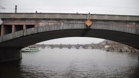 Ποταμός στην Πράγα Κολυμπήστε κάτω από τη γέφυρα στο νερό r απόθεμα βίντεο