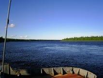 Ποταμός στο βόρειο τμήμα της Ρωσίας το καλοκαίρι Στοκ Φωτογραφία
