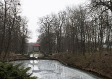Ποταμός στο δενδρολογικό κήπο λευκό εκκλησιών Ουκρανία Στοκ Φωτογραφία