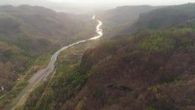 Ποταμός στο φαράγγι βουνών απόθεμα βίντεο
