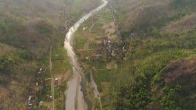 Ποταμός στο φαράγγι βουνών φιλμ μικρού μήκους