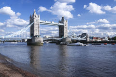 Ποταμός Τάμεσης Λονδίνο UK γεφυρών πύργων Στοκ Εικόνες