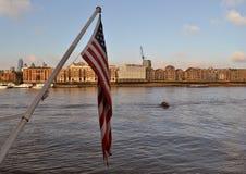 Ποταμός Τάμεσης Λονδίνο αμερικανικών σημαιών Στοκ φωτογραφία με δικαίωμα ελεύθερης χρήσης