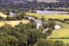 Ποταμός Τάμεσης σε αγροτική ευρύτερη περιοχή Οξφόρδης Στοκ Εικόνες