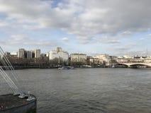 Ποταμός Τάμεσης του Λονδίνου με τη γέφυρα και ορόσημα στο υπόβαθρο στοκ εικόνες