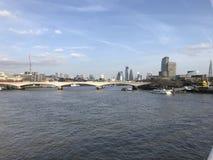 Ποταμός Τάμεσης του Λονδίνου με τη γέφυρα και ορόσημα στο υπόβαθρο στοκ εικόνα