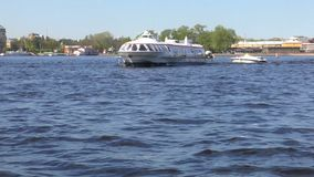 Ποταμός της Αγία Πετρούπολης Neva Τέχνη ευχαρίστησης στον ποταμό Σε αργή κίνηση από ένα σκάφος αναψυχής απόθεμα βίντεο