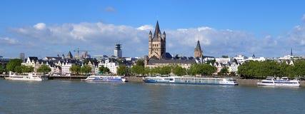 ποταμός της Γερμανίας Ρήνος αναχωμάτων της Κολωνίας Στοκ φωτογραφία με δικαίωμα ελεύθερης χρήσης
