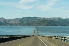 Ποταμός της Κολούμπια στο στόμα του που διασχίζεται από τη γέφυρα Astoria - Megler σε Astoria, ΗΠΑ στοκ εικόνες