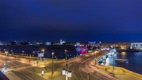 Ποταμός της Μαλαισίας Neva Γέφυρα και κυκλοφορία ανταλλαγής Birzhevoy timelapse τη νύχτα Του ST - Πετρούπολη, Ρωσία απόθεμα βίντεο