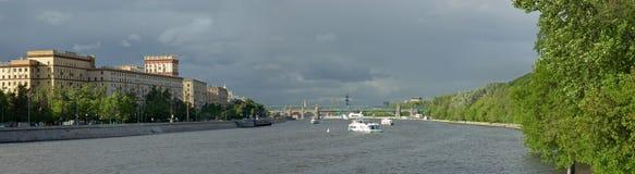 ποταμός της Μόσχας αναχωμάτων Στοκ φωτογραφία με δικαίωμα ελεύθερης χρήσης