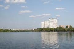 ποταμός της Μόσχας αναχωμά&tau Στοκ Φωτογραφίες