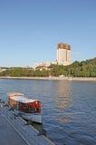 Ποταμός της Μόσχας με μια βάρκα και ένα ρωσικό κτήριο ακαδημίας επιστήμης Στοκ εικόνα με δικαίωμα ελεύθερης χρήσης