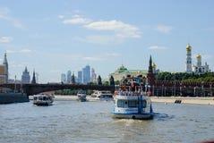 Ποταμός της Μόσχας με τα σκάφη τουριστών Στοκ Εικόνες