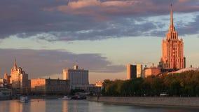 Ποταμός της Μόσχας στον ήλιο βραδιού απόθεμα βίντεο