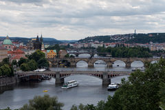 Ποταμός της Πράγας, Δημοκρατία της Τσεχίας και άποψη γεφυρών Στοκ Φωτογραφία