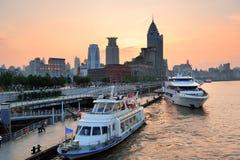 Ποταμός της Σαγκάη Huangpu με τη βάρκα στοκ φωτογραφία
