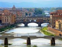 Ποταμός της Φλωρεντίας Ιταλία Arno και η παλαιά γέφυρα Στοκ φωτογραφία με δικαίωμα ελεύθερης χρήσης