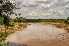 Ποταμός της Mara στην εθνική επιφύλαξη Maasai Mara, εθνικό πάρκο Κένυα στοκ εικόνες