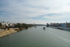 Ποταμός του Γκουανταλκιβίρ στην πόλη Ισπανία Ανδαλουσία της Σεβίλλης στοκ φωτογραφία με δικαίωμα ελεύθερης χρήσης
