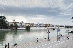 Ποταμός του Γκουανταλκιβίρ στην πόλη της Σεβίλης, Ανδαλουσία, Ισπανία στοκ εικόνες