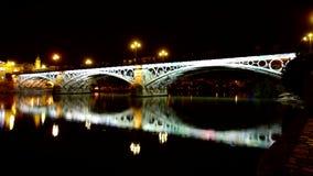 Ποταμός του Γκουανταλκιβίρ στη Σεβίλη τη νύχτα απόθεμα βίντεο