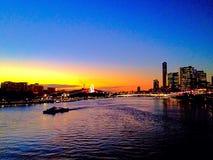 Ποταμός του Μπρίσμπαν στον μπλε κίτρινο ποταμό Queensland Αυστραλία νερού ηλιοβασιλέματος Στοκ εικόνα με δικαίωμα ελεύθερης χρήσης