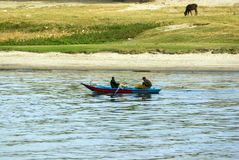 Ποταμός του Νείλου, κοντά σε Aswan, στις 16 Φεβρουαρίου 2017: Δύο ψαράδες σε μια μικρή μπλε βάρκα χαρακτηριστική του ποταμού του  στοκ εικόνες